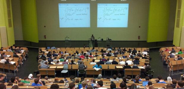 Studiengebuehren / Studenten / Quelle: Pixabay, lizenezfreie Bilder, open library: nikolayhg ;https://pixabay.com/de/photos/universit%c3%a4t-vortrag-campus-bildung-105709/
