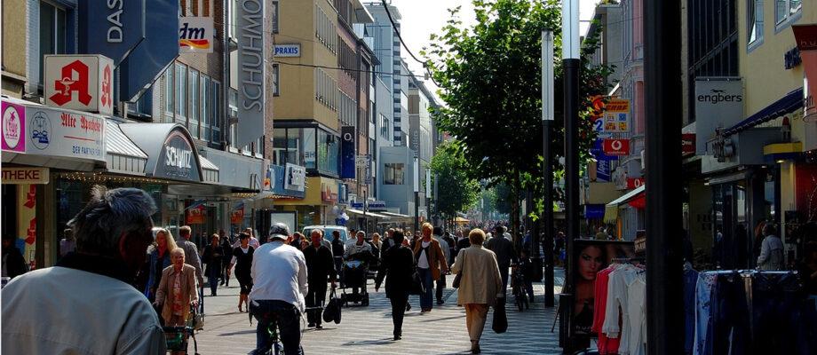 Corona / Gesellschaft / Einkaufsstrasse / Quelle: Pixabay, lizenezfreie Bilder, open library: joergelman;https://pixabay.com/de/photos/einkaufsstra%c3%9fe-passanten-belebt-347467/