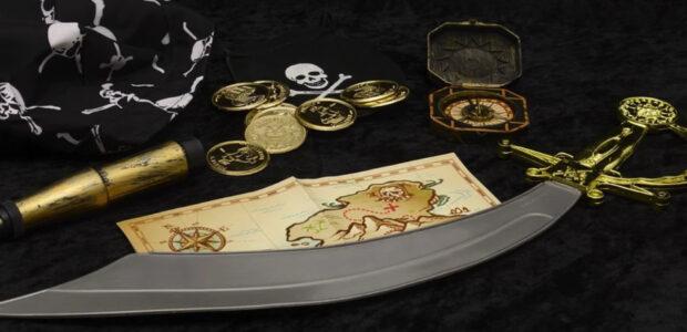 Piraten / Schatz / Quielle: Pixabay, lizenzfreie Bilder, open library: anncapictures; https://pixabay.com/de/photos/piraten-fernrohr-schatzkarte-s%c3%a4bel-2014558/